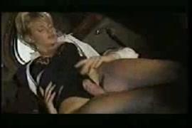 Camera escondida dentro do vaso sanitario filma mulher mijando