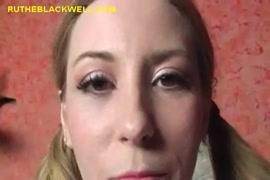 A adolescente negra nyc chupa o pinto e recebe esperma nela.