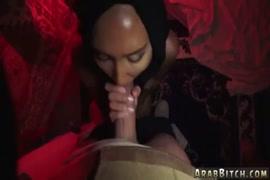 Menina adolescente se masturba com plugue de bumbum.
