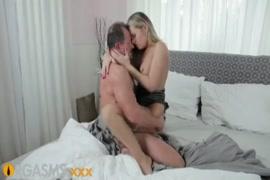 Loira gostosa com mamas incríveis tem sexo apaixonado.