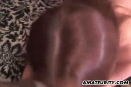 A esposa faz um grande broche com ejaculação e engolir.