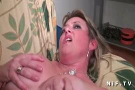 Jovem gorducho a masturbar-se em casa com grandes ejaculações.