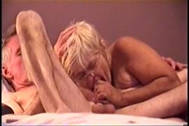 Garota gostosa com um grande galo de bunda na cama.