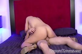 Milf quente em lingerie sexy monta um jovem com ejaculação.