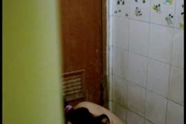 Uma garota asiática quente chupa o pinto depois de um banho.