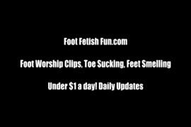Adoração dos pés de nylon com saltos altos e agitação dos pés.