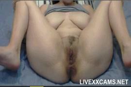 Garota de mamas grandes brincando com bichano na webcam.