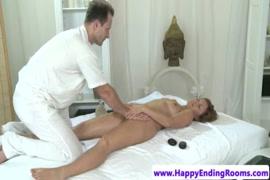 Garota quente com mamas grandes desfruta de uma massagem quente.