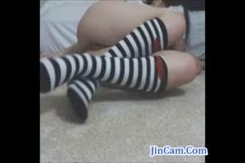 A garota adolescente bonita em sexy lingerie se masturba e brinca com brinquedos.