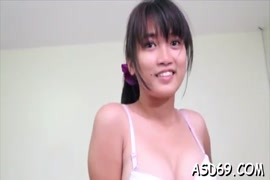 Garota asiática espessa e sexy mostra seu corpo.