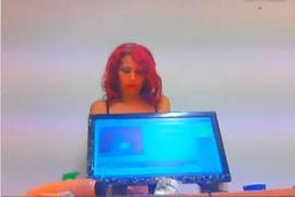 Menina ruiva sexy brinca com vibrador na webcam.
