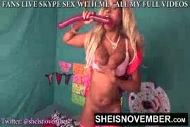 Adolescente loira quente brinca com um dildo enorme em seu cu.