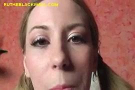 Uma adolescente loira quente e sexy fodida com força por uma grande pica e um grande esperma na boca.