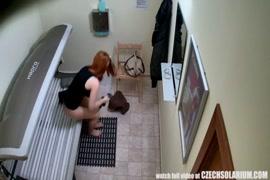 A adolescente chupa suas próprias mamas grandes e peidos em meia-calça.
