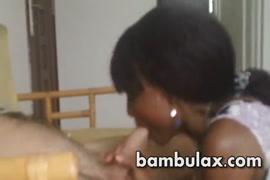 Um adolescente amador lhe faz um broche e fica com a boca cheia de esperma.