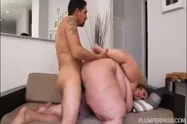 Bbw brincando com bichano enquanto o marido está no trabalho.