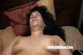 A latina excitada se fode com um dildo.