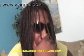 Adolescente morena gira com uma grande piça preta.