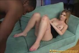 A garota adolescente chupa e fode com grandes pintos e esperma na câmera.