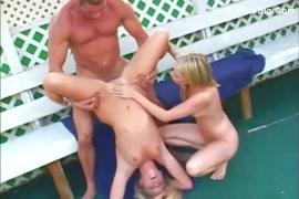 Mamas grandes e sensuais fodidas com força por uma grande pila.