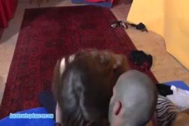 Puta adolescente excitada fodida por um estranho enquanto assistia televisão.