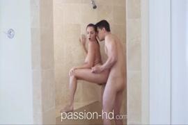 Menina morena bonita brincando com sua bichana no chuveiro.