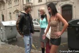 Traços jovens de garanhão, brinca com, e ejacula em uma tanga jovem.