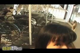 Um adolescente asiático sexy fode o cara em um parque público.