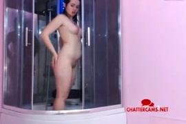 Adolescente cabeludo brinca com ela mesma no chuveiro.