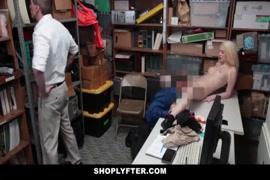 Uma sexy namorada adolescente fodida enquanto o pai estava em casa.