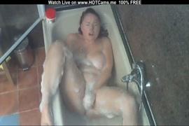 Eu me masturbo no chuveiro enquanto meu colega de quarto está no trabalho