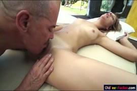 Adolescente loira gira fodida no cu por um cara velho.