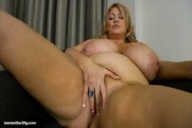 A jovem puta se fode com um dildo na sala de estar.