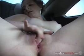 Adolescente sexy brincando com sua bichana no carro enquanto seus pais dormem em casa.