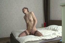 Shemale brinca com suas bichanas e esperma enquanto assiste à pornografia