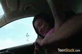 Menina adolescente bonita brincando com ela mesma enquanto os pais estão em casa.