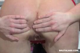 A garota grossa fode o traseiro pela primeira vez com um tampão de bunda.
