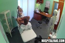Enfermeira brincando com meu pau enquanto estamos em minha casa.