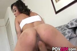 Garota magra com um cu gordo fodido e que leva uma ejaculação.