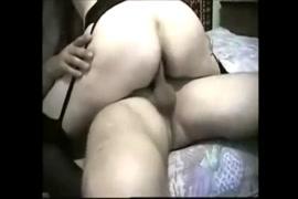 A puta do bbw chupa e fode na webcam.