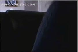 Adolescente ébano cabeludo brinca com bichano enquanto os pais estão na cama.