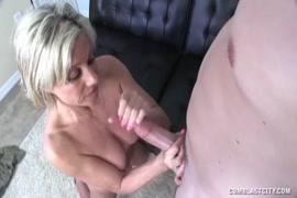 Um cara gostoso com um grande galo se masturbando para você e ejaculando para você.
