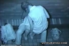 Foder uma jovem branca em um beco depois de uma noite fora.