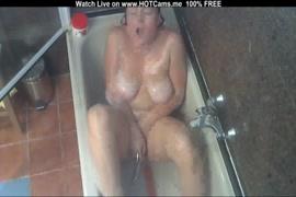 Adolescente ruiva excitada brincando com ela mesma no chuveiro.