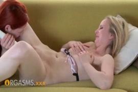 Puta ruiva sexy com um clitóris enorme brincando com sua bichana.