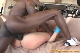 Adolescente loira chupando pilas grandes e sexo áspero.