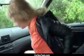 Uma garota grande fode uma grande pica no carro.