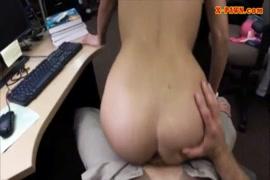 Uma estudante universitária bonita brinca com sua bichana.