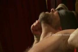 Mulher se masturba com boneca