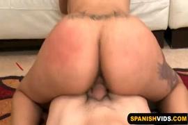 Mulher se masturba com massageador